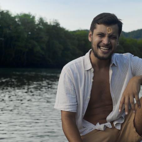 """Alan Bernardes lança """"Passarela"""", sua música de estreia do novo álbum"""