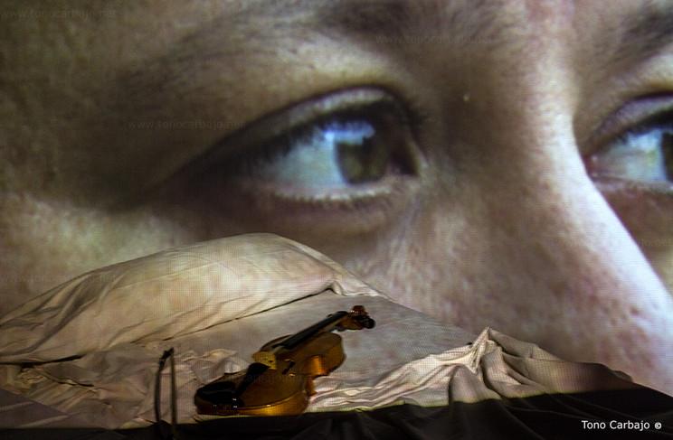 Entre luces rotas duerme el aire ( fragmento de la vídeo instalación)