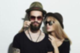 Pareja con sombreros y gafas de sol