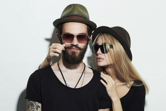 Paar trägt Hüte und Sonnenbrillen