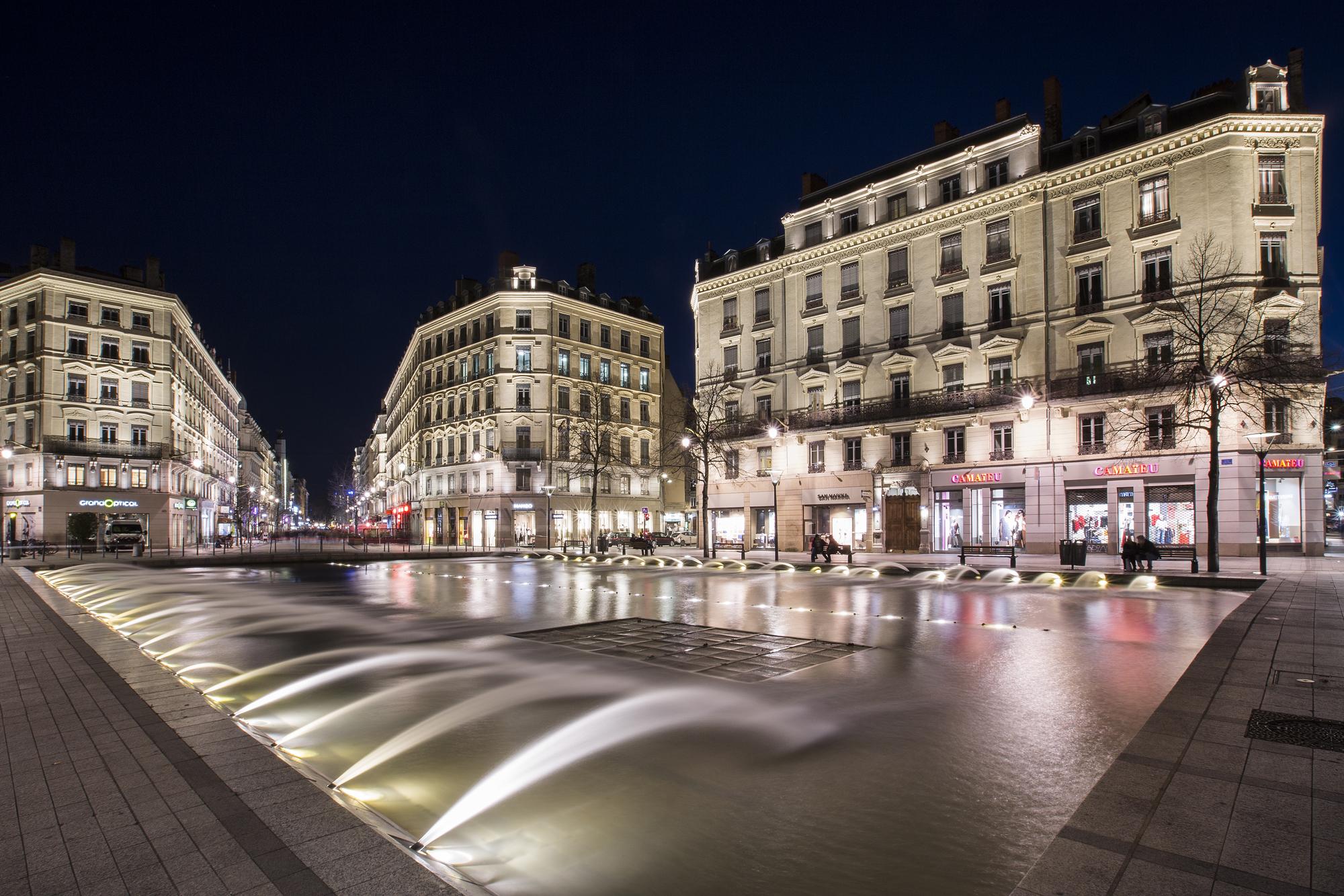 Rue_de_la_République_de_nuit_0017_Copyr