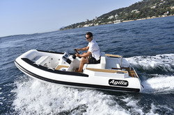 agilis-355-jet-powered-boat-1