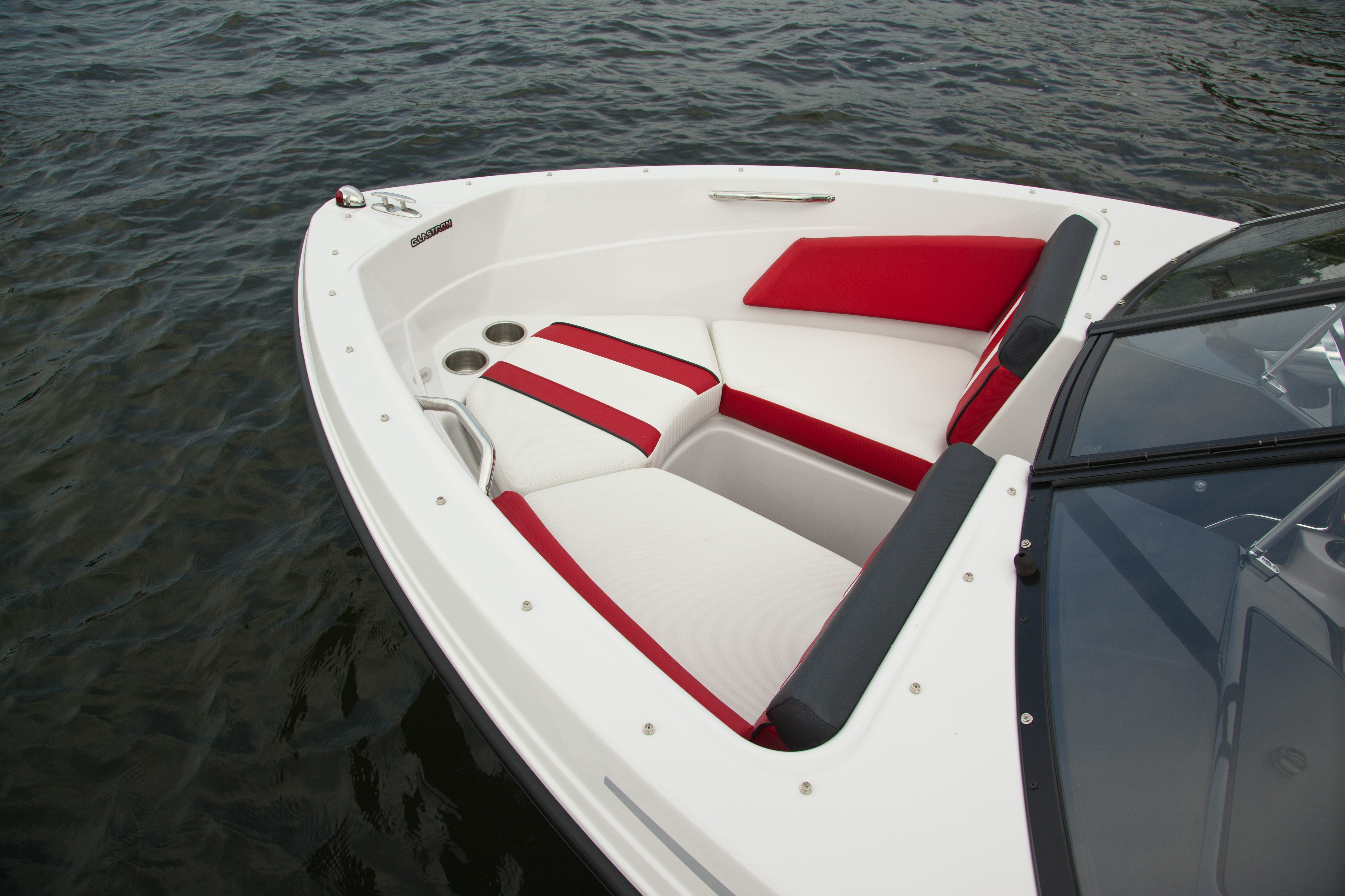 GTS185_bow-seating