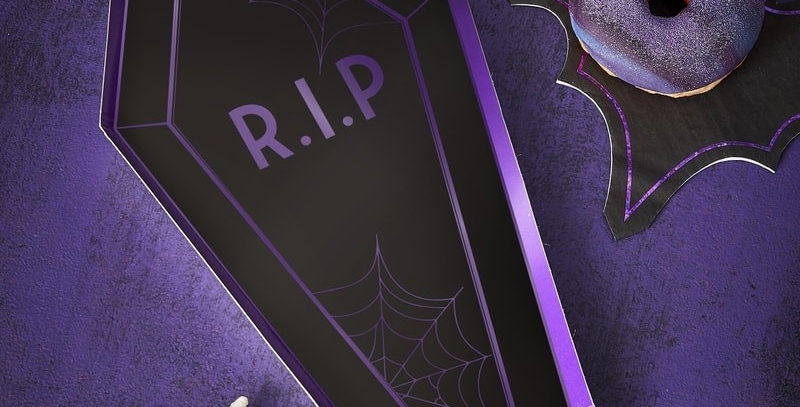 COFFIN IRIDESCENT BLACK HALLOWEEN PAPER PARTY PLATES - LET'S GET BATTY