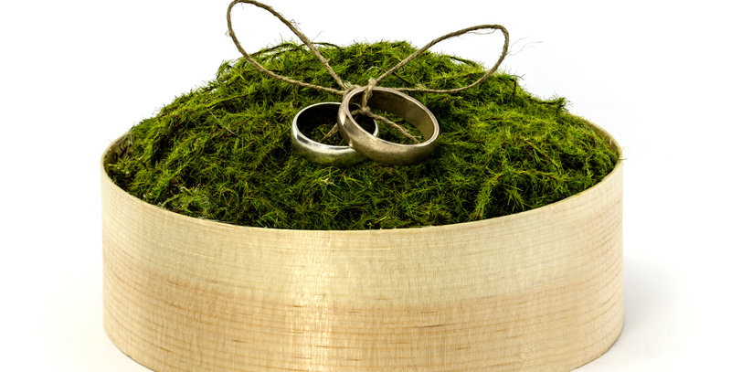 Wooden box for wedding rings with green moss, twine and a lid, diameter 12 centi