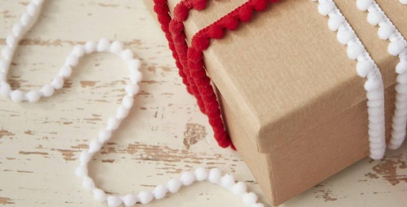 FESTIVE RED AND WHITE POM POM RIBBON KIT - VINTAGE NOEL €2.99 each pack contains