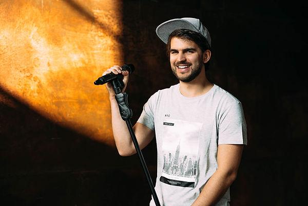 Der Sänger Tom T. mit seinem Mikro. Sein wichtigstes Ziel als Frontmann: Die Leute sollen Spaß haben.