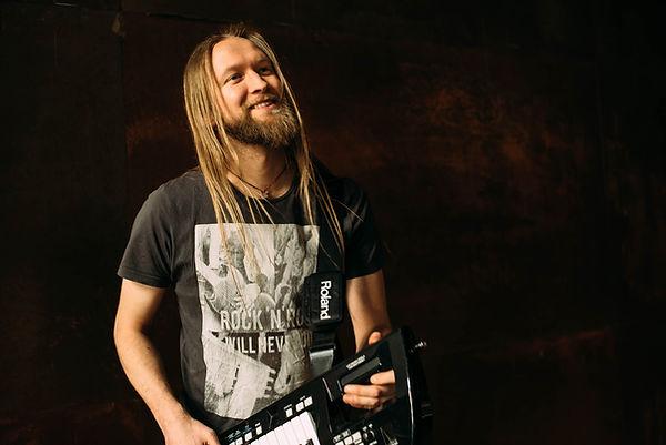 Unser musikaisches Multitalent Jamie erzählt sein musikalischen Werdegang bis zu Heavy Crunch und was ihm an seiner Keytar besonders gefällt.