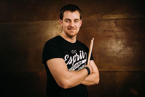 Seine Sticks, sein Leben. Tom H. gibt in der Band Heavy Crunch nicht nur den Takt vor, sondern hat den Spaß am gemeinsamen Rocken immer fest im Blick.