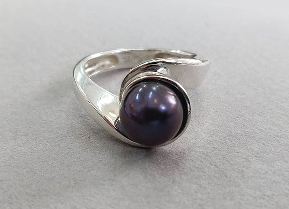 Ribbon ring with a fine purple pearl - one of a kind piece