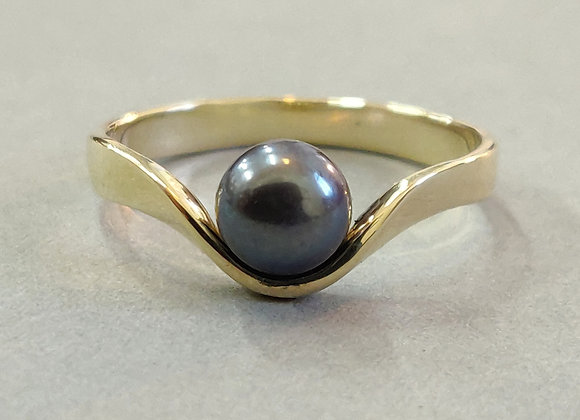 Ribbon ring with a fine purple pearl