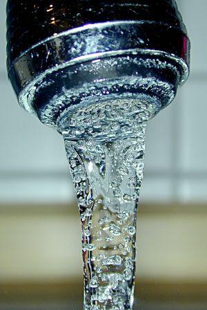 Česky: Pitná voda - kohoutek Español: Agua potable