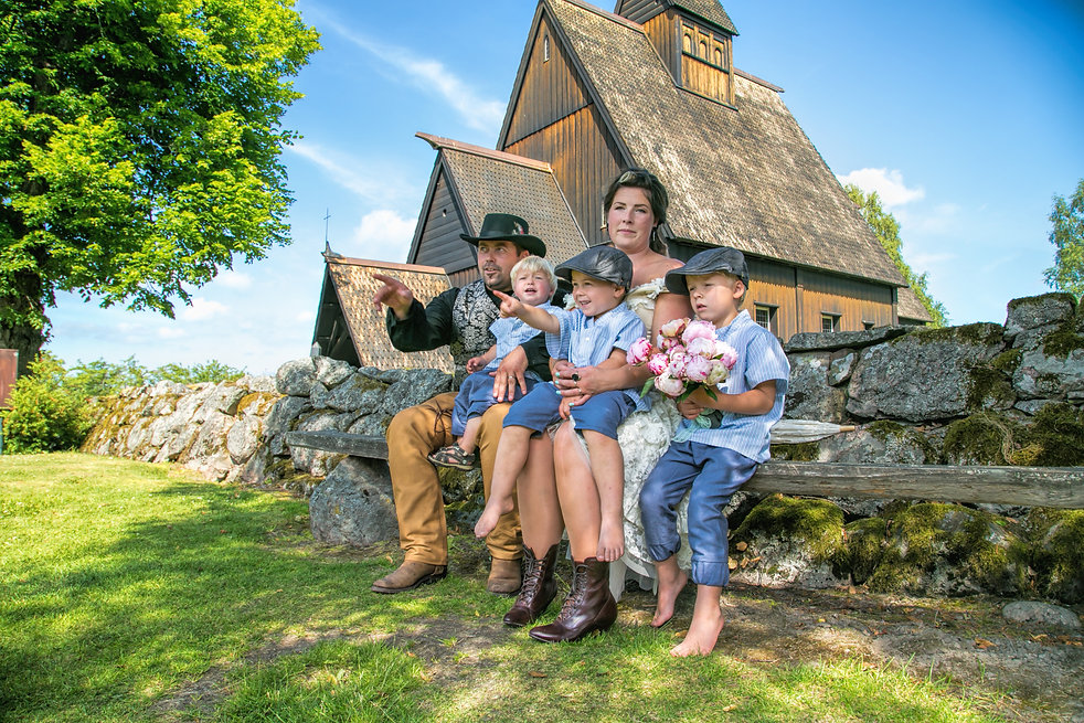 Cowboy bryllup i Høyjord Kirke. Familie bryllupsbilde.