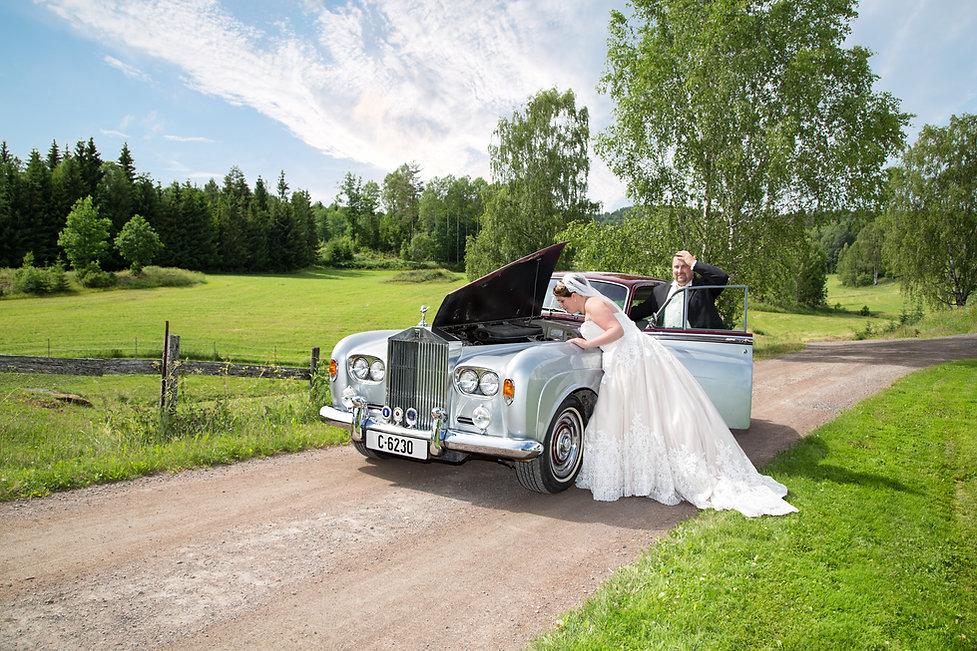 Bryllupsbilde med bil.Veteranbil i bryllup.