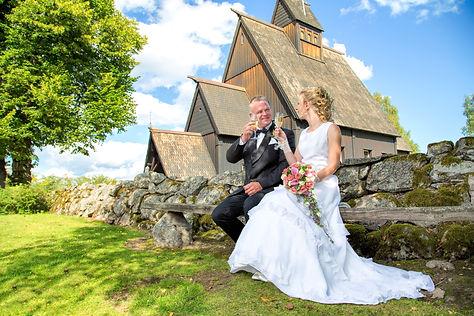 Bryllupsbilde Høyjord Stavkirke. Fotograf til bryllup. Bryllupsfotograf Sandefjord, Tønsberg, Larvik, Skien, Porsgrunn, Horten, Holmestrand, Drammen, Kongsberg, Stavern, Nøtterøy, Tjøme