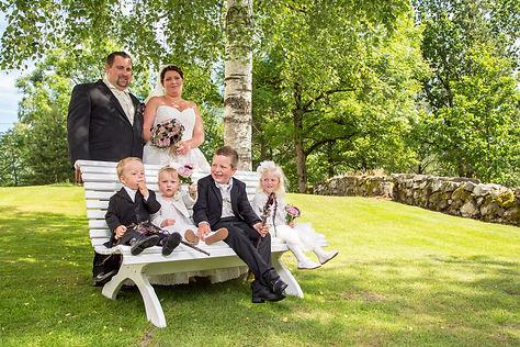 Bryllup i Kodal Kirke. Familiebilde bryllup. Brudepiker i bryllup. Brudesvenn i bryllup.