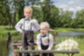 Bilde av barn i bryllup.