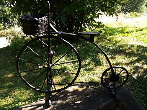 Vélo porte fleurs en rotin