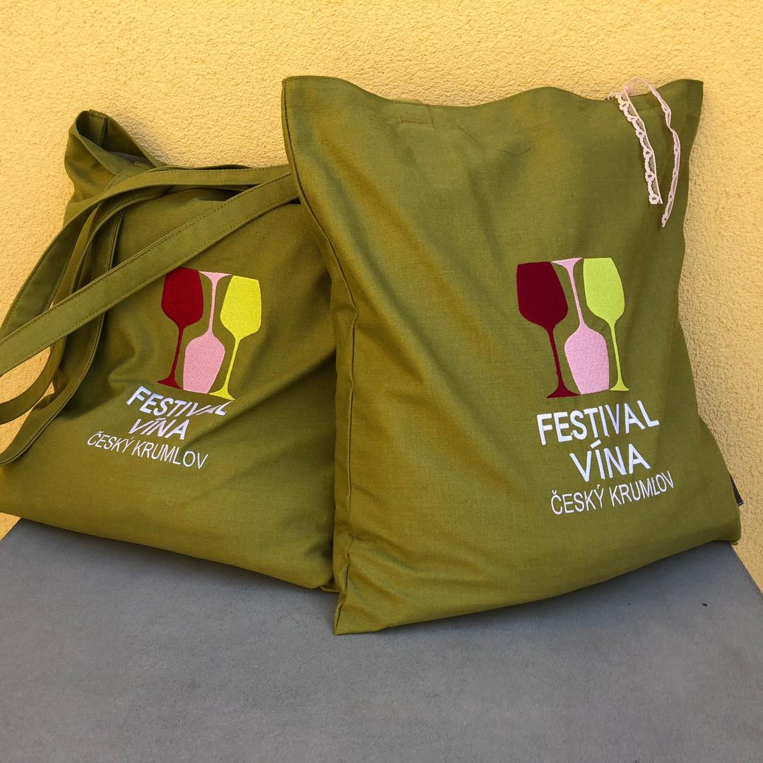 tašky plné zástěr na festival