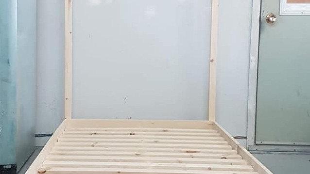 Base de lit simple avec tête de lit maisonnette