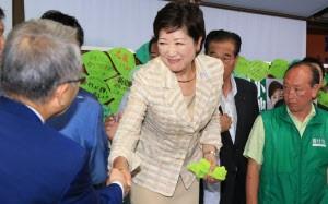 都知事選で当選を決め支持者と握手する小池百合子氏(31日夜、東京都豊島区)