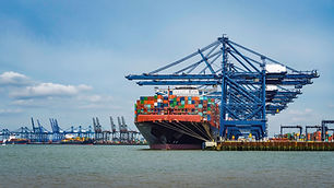 container-ships-under-the-gantry-cranes_