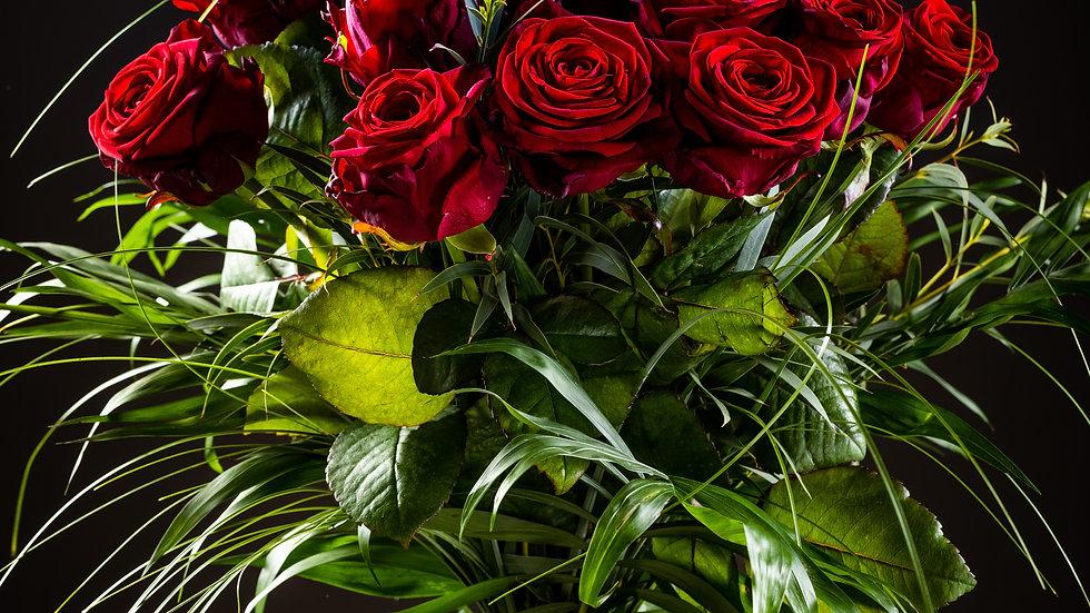 R4 -Strauss mit 13 roten Rosen und Grün