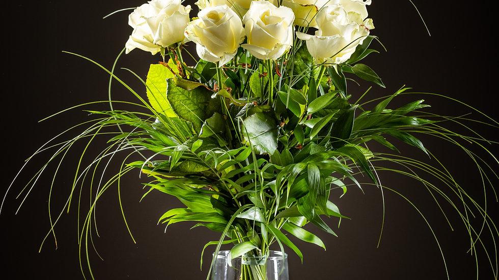 R2 - Strauss mit 9 weißen Rosen und Grün