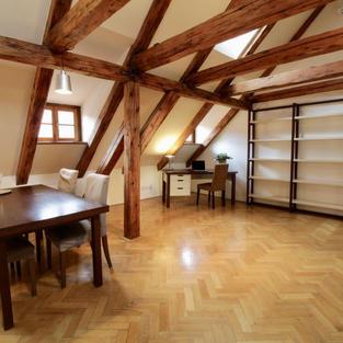 prodej 155 m2 velkého romantického bytu na Malé Straně