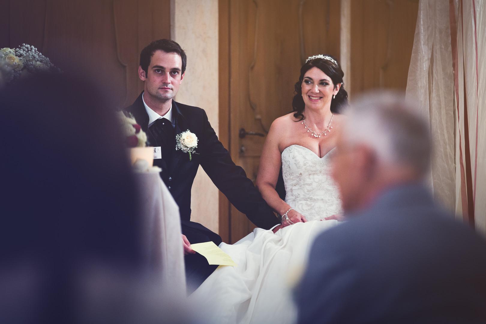 Brautpaar sitzt vor dem Altar.