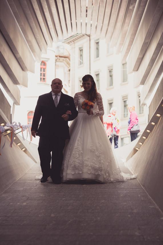 Stolzer Vater begleitet die Braut in die Kirche.