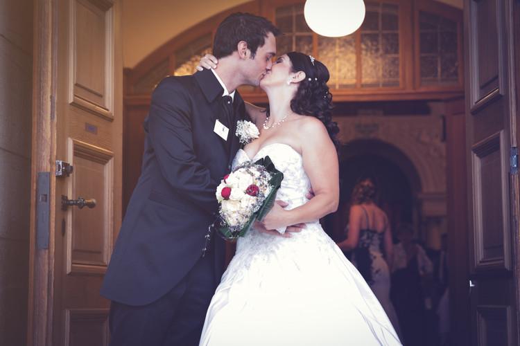 Brautpaar küsst sich.