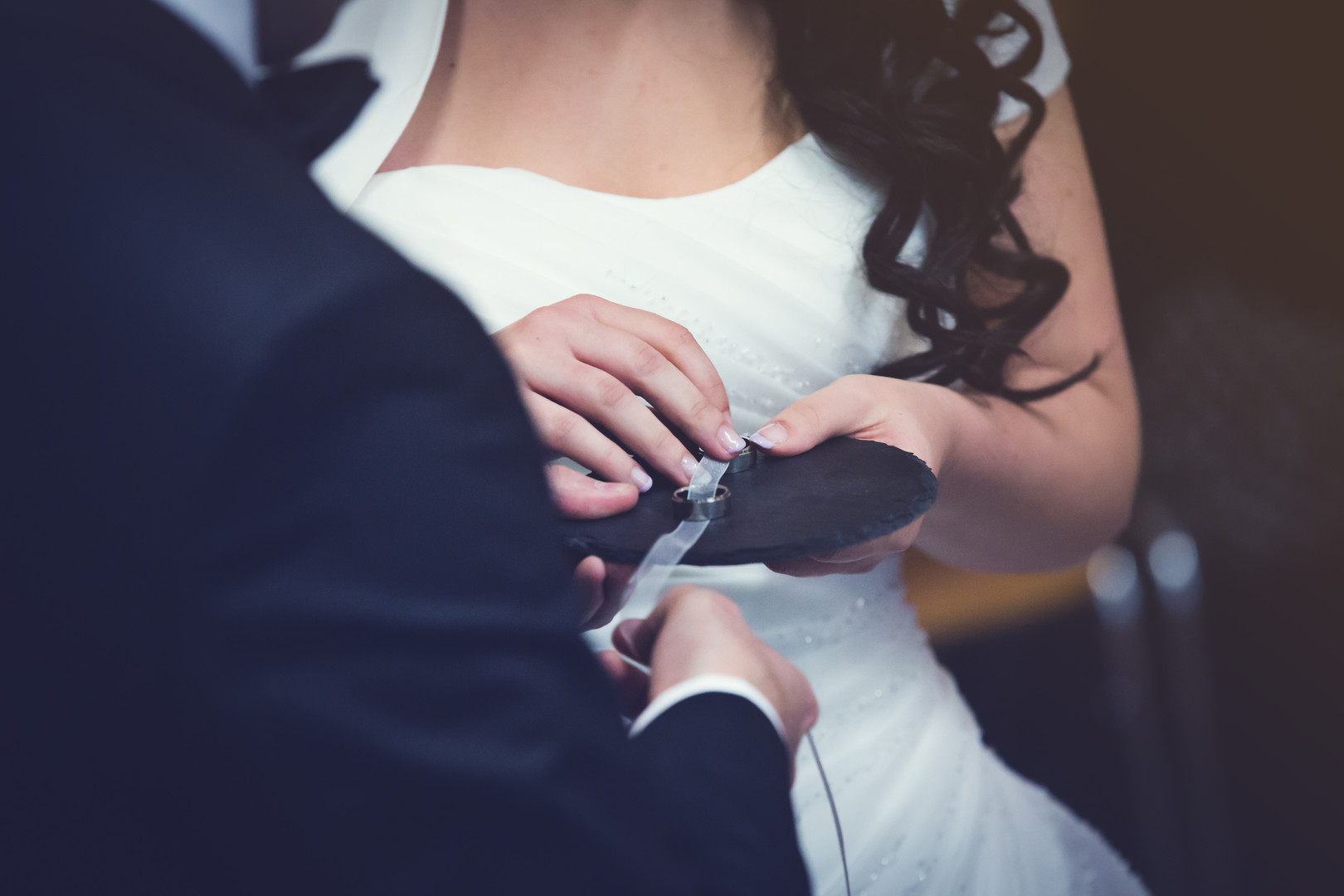 Brautpaar bekommt die Ringe.