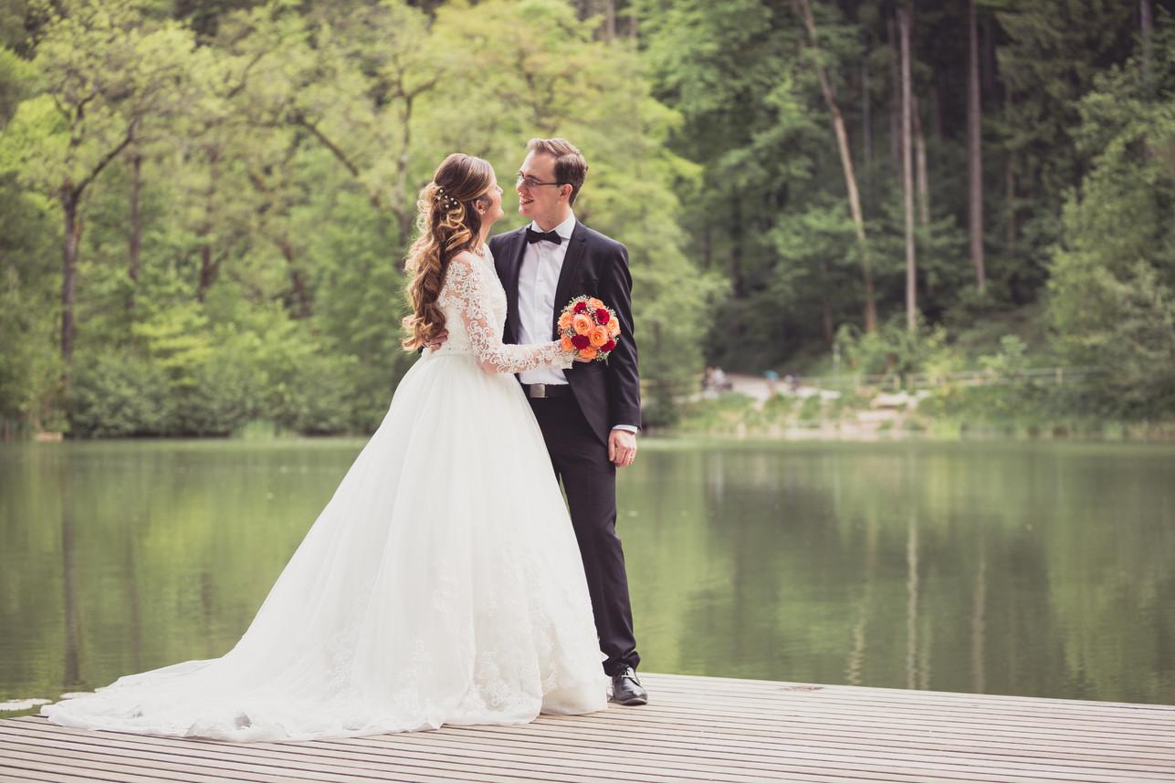Brautpaarshooting. Brautpaar sieht sich gegenseitig glücklich an.