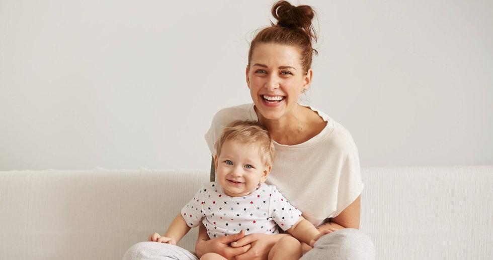 femme et enfant heureux après avoir éliminer les poux. Comment enlever les poux en 1 jour. Et lentes