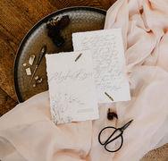 Convites de casamento com caligrafia