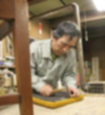 工房で椅子の台座を直す三島俊樹さん
