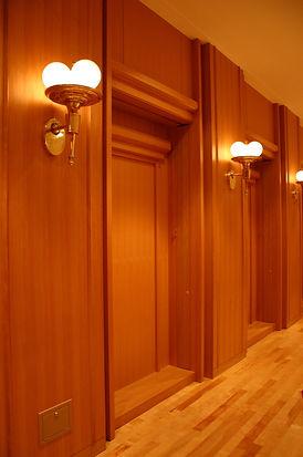 キタラ小ホールの客席入り口とランプ