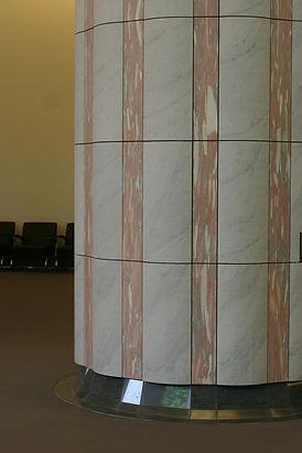大ホール、ホワイエの柱