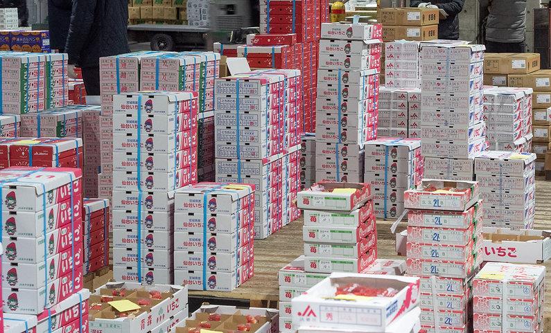 イチゴの箱で市場は赤色系に