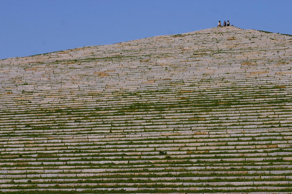 山の斜面の石段と人