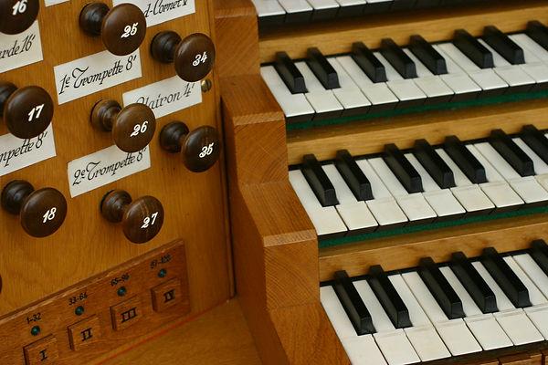 パイプオルガンの演奏台。鍵盤とスイッチ。