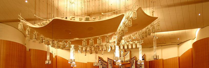 大ホールのステージ上につるされた反射板
