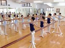 バーレッスンでバレエの正確なポジションを身につけます。