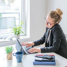 femme-affaires-travail-ordinateur-portab