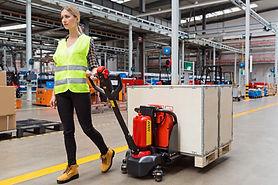 employe-entrepot-train-transporter-trans