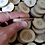 "Thumbnail: Disques de bois d'acacia rustique 1"" -1.75"""
