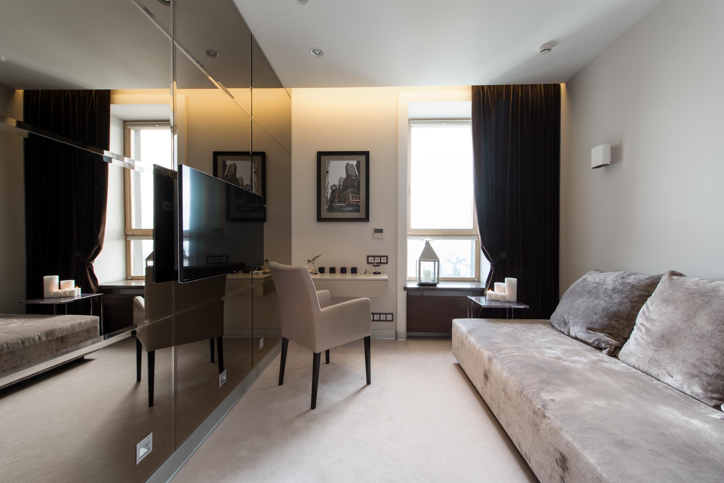 гостевая, зеркальная стена, диван