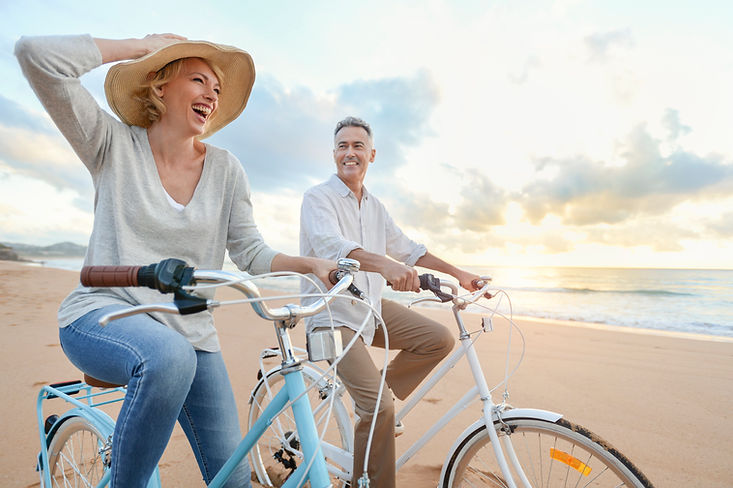 Paar auf Fahrrad am Strand.jpg