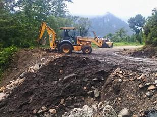 Brigadas comunitarias y de Protección Civil despejan deslaves en Tlatlauquitepec